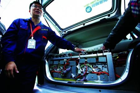 工作人员在介绍氢能源改装的轿车