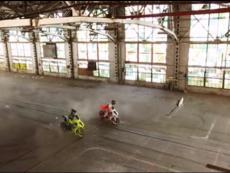 摩托车与汽车之间的漂移战斗