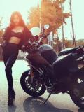 性感女郎化身摩托车手 紧身皮裤装狂野十足