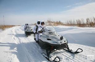 驻黑瞎子岛官兵乘雪地摩托巡逻中俄边境