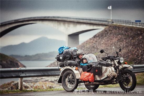 一家三口一辆摩托车穿越41国